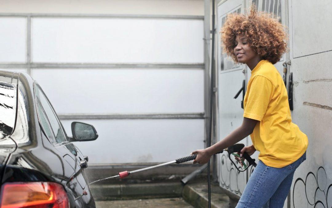 Vijf handige stappen om je auto met de hand te wassen zonder krassen